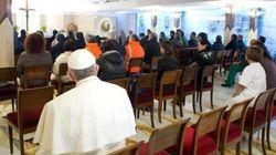 E il Papa dopo la messa si siede tra i