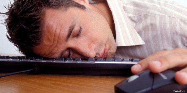 Impiegato di banca si addormenta sulla tastiera e trasferisce 222 milioni di euro per
