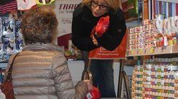 Elsa Monti fa la spesa per il cane Empy