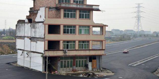 Cina, la casa sull'autostrada: coppia di anziani si oppone alla governo, l'abitazione resta al centro...