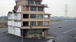 Gli anziani non mollano: la casa non viene demolita e restano a vivere sull'autostrada