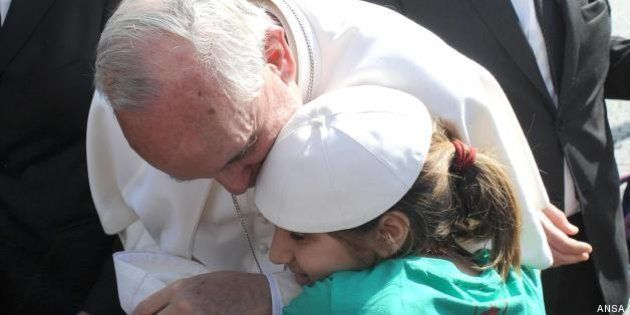 Francesco: la Chiesa non esclude nessuno, nemmeno i non sposati. E continua il gioco della papalina
