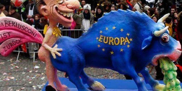 Silvio Berlusconi e il carro allegorico che sfila nel carnevale tedesco Rosenmontag: l'ex premier raffigurato...