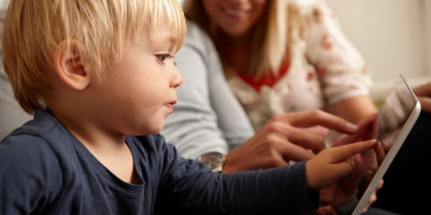 iPhone e tablet. Li usano 4 bambini su dieci sotto i 2 anni