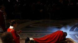 Papa Francesco steso a terra a San Pietro, stasera la via crucis in diretta (FOTO,