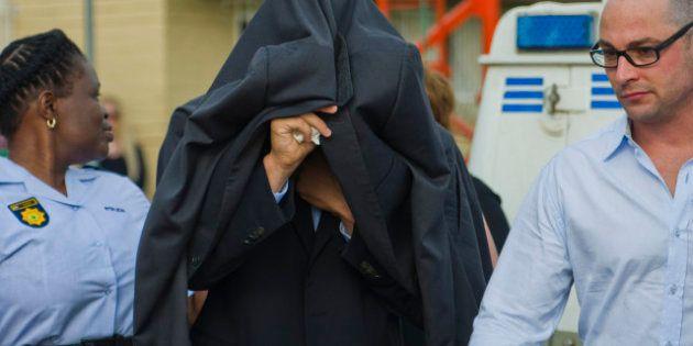 Pistorius uccide fidanzata, il sudafricano in aula scoppia in lacrime. Convalidato l'arresto: