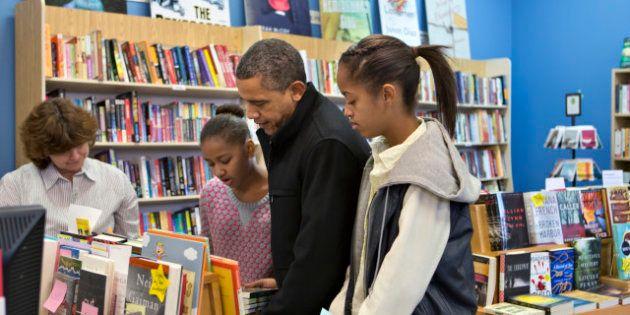 Obama fa shopping natalizio in una piccola libreria