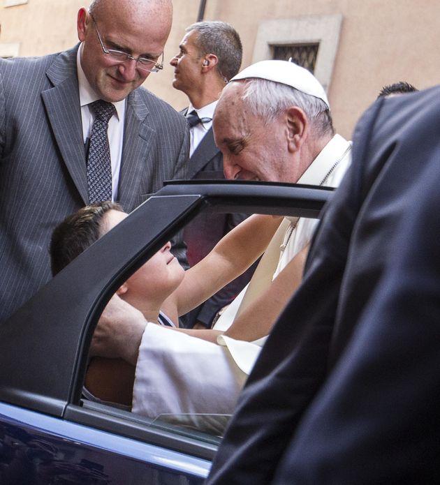 Papa Francesco e quell'inchino a Rania di Giordania: i gesti irrituali del Pontefice