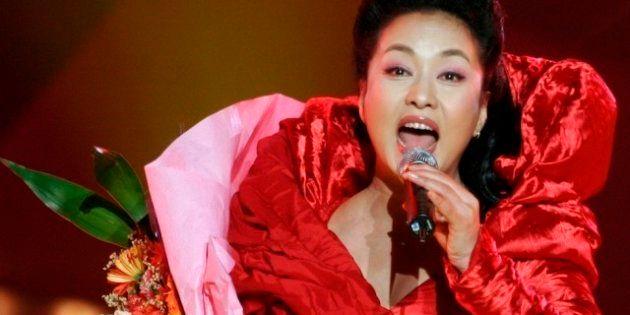 Cina: è l'ora di Peng Liyuan, la First Lady alla moda che fa sognare Pechino (FOTO,