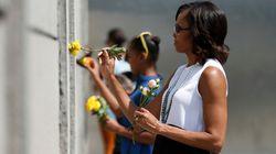 Michelle e le figlie al memoriale del Muro