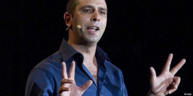 Checco Zalone, protesta a Padova contro il comico pugliese. Polemiche per le riprese di