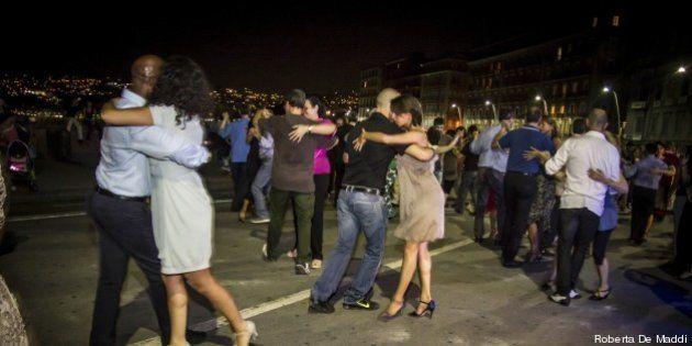 Tango in strada a Napoli, tutti pazzi per il ballo