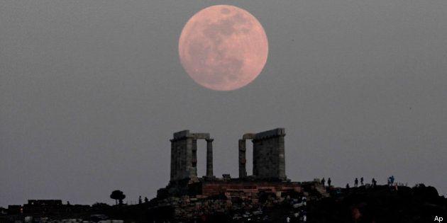 Superluna nel cielo: le fotografie dal mondo del satellite della Terra in versione gigante