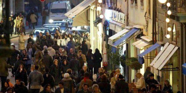 Natale, consumi giù del 3%. Ma su Internet continua il boom di acquisti. Un italiano su cinque comprerà...