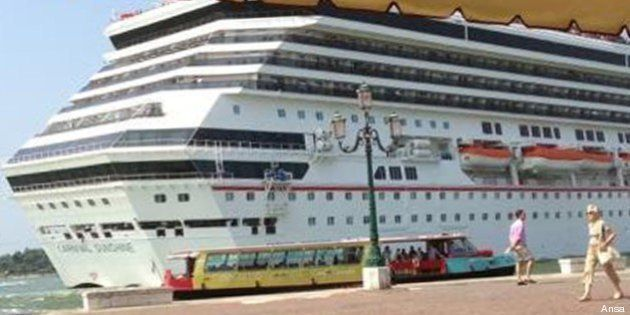 Inchino a San Marco: nave da crociera Carnival a pochi metri dalla