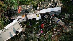 Avellino, pullman cade da un viadotto in autostrada: 38 morti (FOTO,