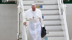 A Ciampino il Papa scende dall'areo con l'inseparabile borsa nera