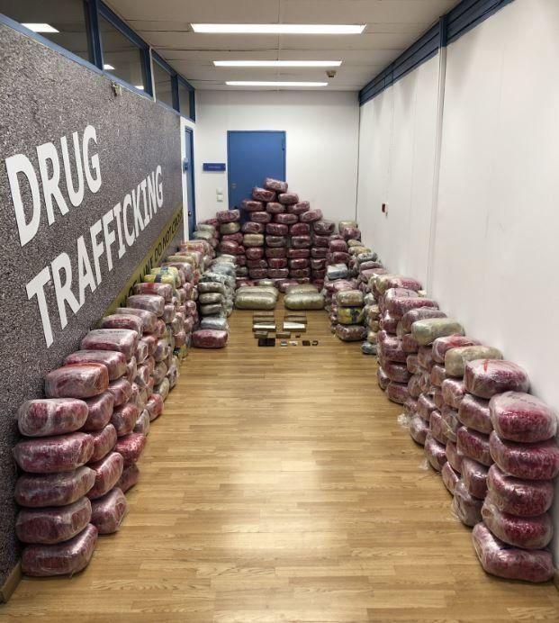 Χειροπέδες σε ναρκέμπορους: Ο πακτωλός χρημάτων και το ταξί γεμάτο