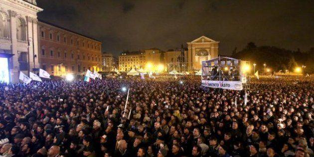 Elezioni 2013, Beppe Grillo fa il pieno in piazza, Pier Luigi Bersani in teatro, Silvio Berlusconi con...