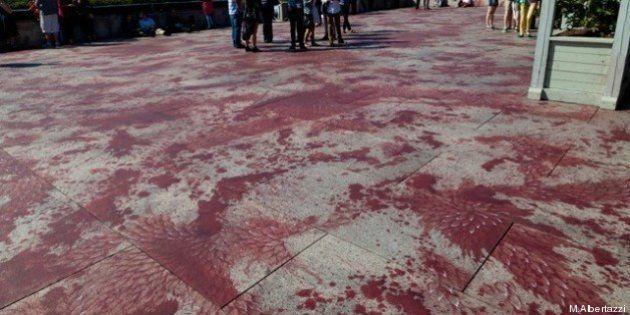New York, l'opera di Imran Qureshi al Metropolitan Museum: macchie di vernice color sangue sul tetto...