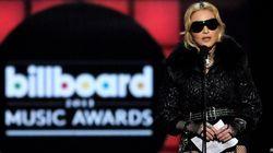 Scollature vertiginose e Madonna in guepière e calze a rete