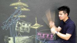 Bangkok, il musicista suona batteria dipinta sul muro (FOTO