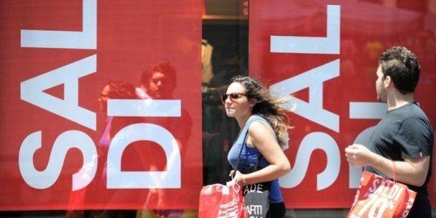 Si apre la stagione dei saldi, Confcommercio stima acquisti per 5,4 miliardi, circa 340 euro a