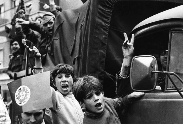 Επανάσταση των Γαρύφαλλων: Σαν σήμερα εγκαθιδρύεται και πάλι Δημοκρατία στην