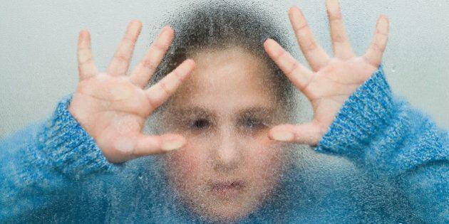 Abusi sessuali sui minori, in Europa ne è vittima un bambino su 5. Storia di Lisa, molestata dal fidanzato...