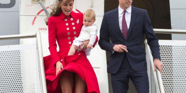 Kate Middleton in Nuova Zelanda con William e il principe George. Abito rosso sotto il ginocchio ma una...