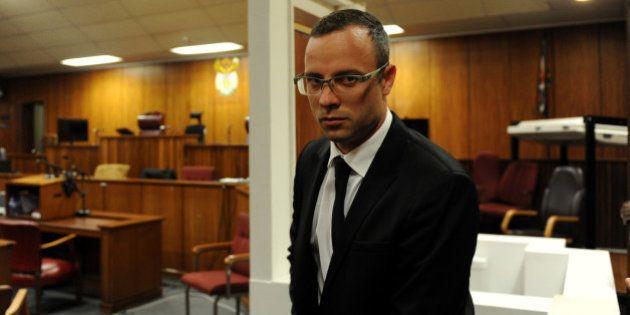 Oscar Pistorius si toglie le protesi durante il processo per l'omicidio di Reeva Steenkamp