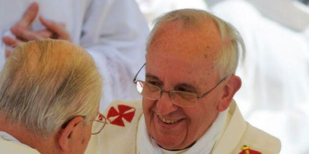 Papa Francesco, telefono amico con i fedeli. A una donna argentina vittima di stupro: non è sola