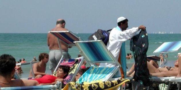 Vu cumprà via dalle spiagge di Rimini: in campo 50 vigilantes. L'ordinanza del prefetto Claudio