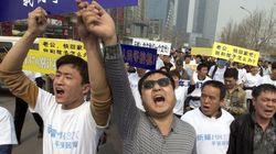 Volo MH370, i parenti delle vittime protestano di fronte all'ambasciata