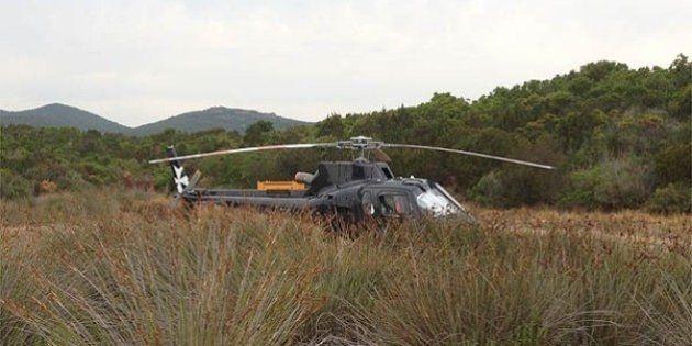 Elicottero atterra in spiaggia a Porto Cervo. Parcheggia a pochi metri dai bagnanti: è rivolta