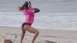 Anastasia Ashley, surfista sexy. Il riscaldamento è una danza (FOTO,