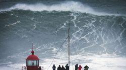 Surfa un'onda alta 24 metri. Carlos Burle batte il record di McNamara (FOTO,