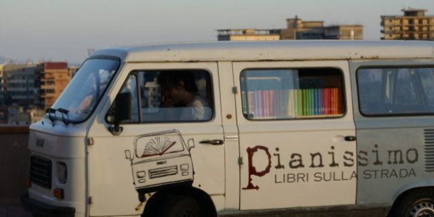 Librerie in crisi: in America puntano sul crowdfunding, in Sicilia a una libreria itinerante su un furgoncino