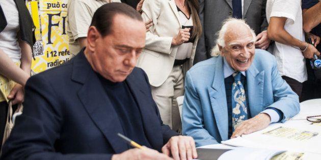 Silvio Berlusconi firma i referendum radicali: