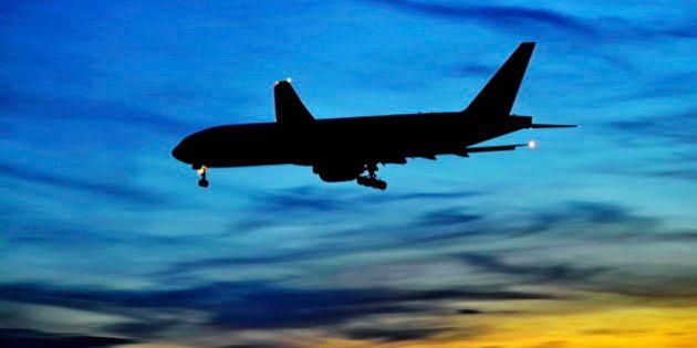 Bambino nasce su aereo diretto a Bologna: sta bene. Viaggio tra i luoghi più strani per partorire