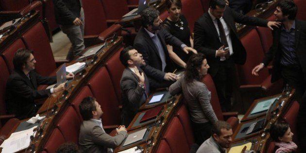 M5S protesta contro il decreto Imu-Bankitalia, sit-in alla Camera per impedire il voto di