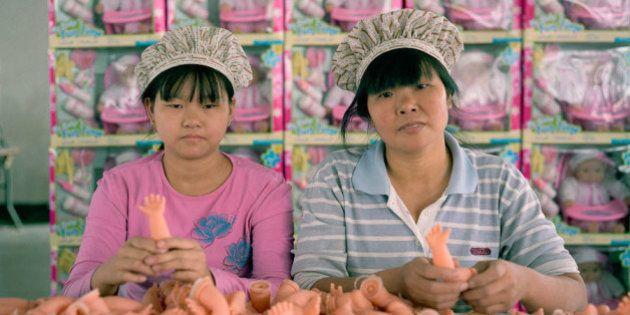 I volti grigi degli operai in una fabbrica dei giocattoli di Hong Kong: il fotoreportage di Michael Wolf