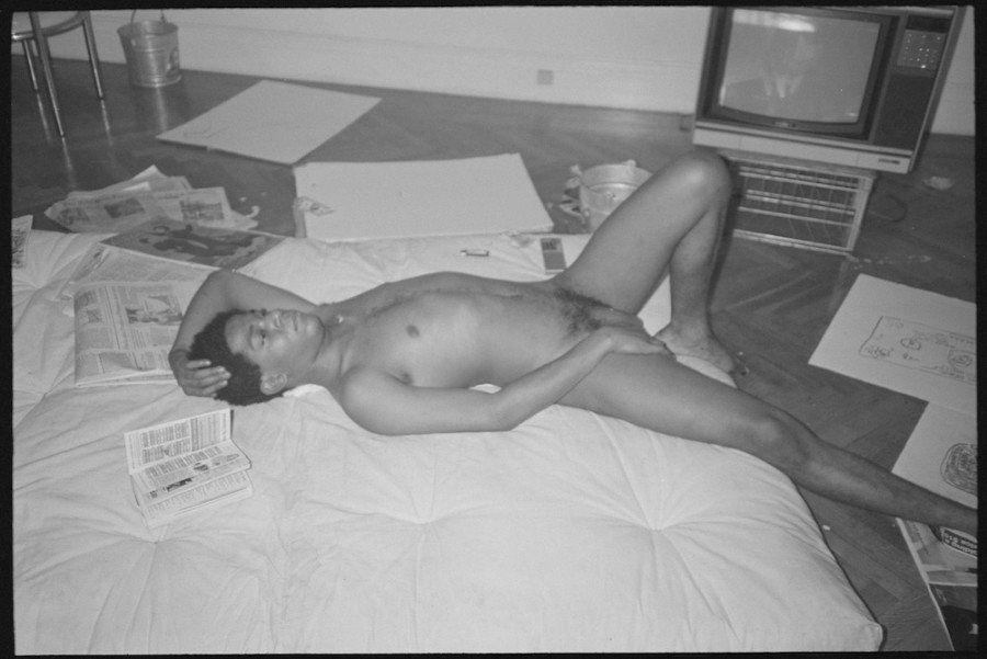 Jean-Michel Basquiat, le foto dell'artista nudo in mostra a New York. Gli scatti dell'ex fidanzata Paige...