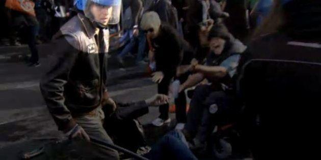 Poliziotto calpesta ragazza stesa a terra, il volto catturato in un video di Servizio
