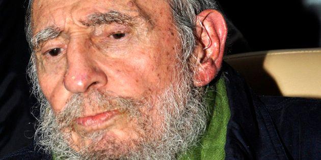 Cuba, Fidel Castro riappare in pubblico dopo 9 mesi. Il Líder Máximo curvo e affaticato