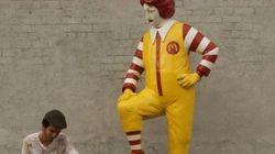 Banksy contro McDonald's. La scultura di Ronald che si fa pulire le scarpe da un ragazzino