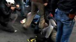 Corteo a Roma: indagato per lesioni l'agente che ha calpestato una ragazza a terra (FOTO,