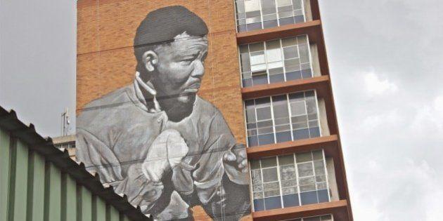 Nelson Mandela, graffito gigante a Johannesburg. Madiba boxeur sull'edificio di 11 piani