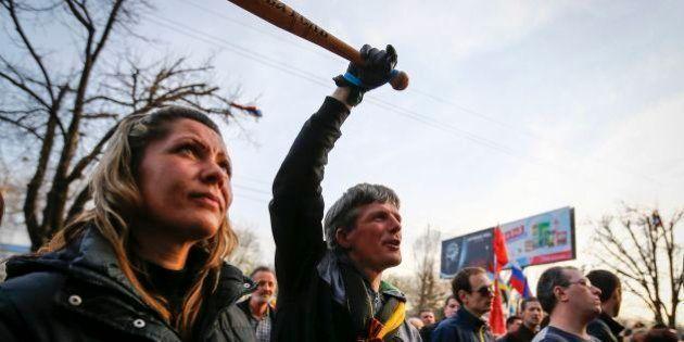 Ucraina, guerra civile sempre più vicina. Scontri a est: tre morti e tredici feriti tra i