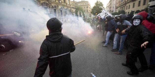 Manifestazione 19 ottobre: in marcia con il corteo, tra petardi nascosti e qualche